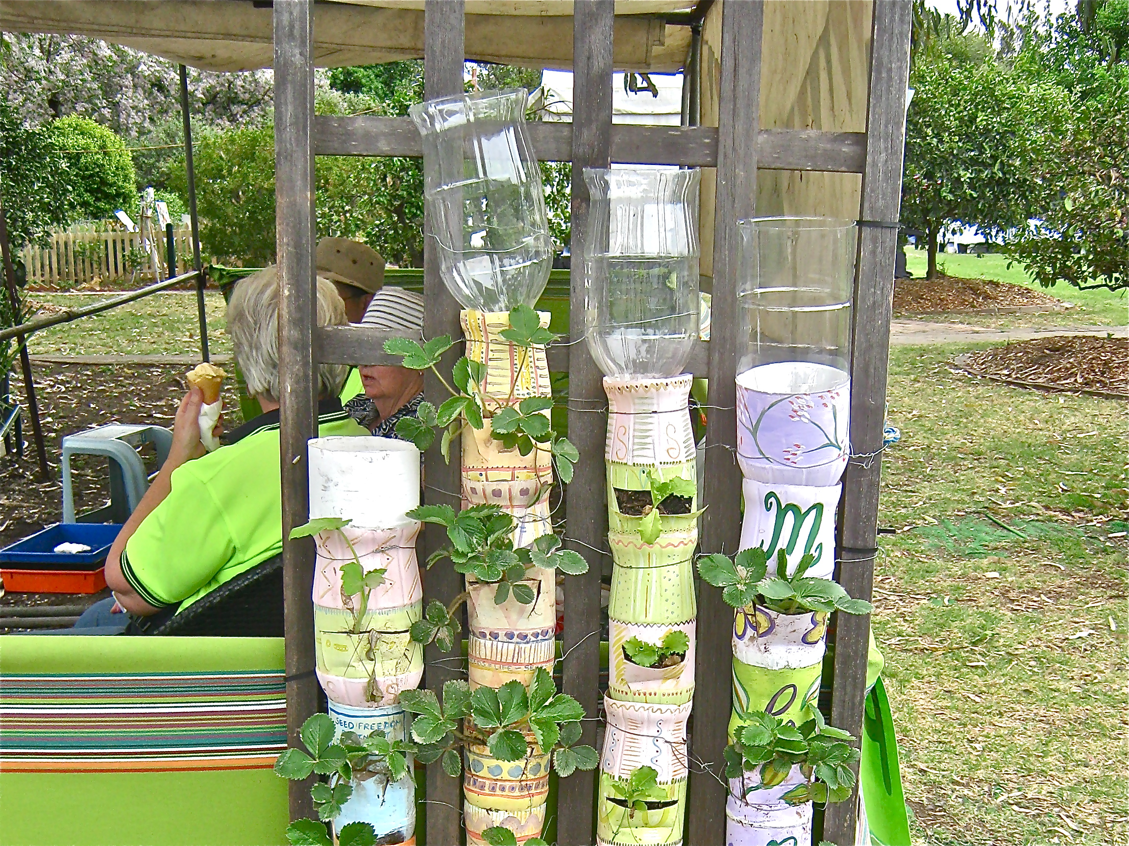 Bottle towers in Australia (Rachel CHRISTIAN) – CONTAINER GARDENING